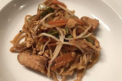Chinesisch gebratene Nudeln mit Hühnchenfleisch, Ei und Gemüse 5