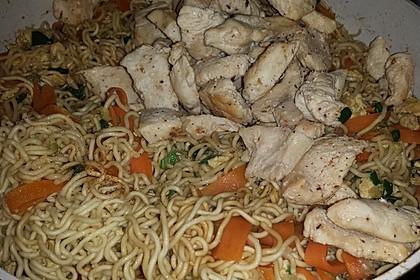 Chinesisch gebratene Nudeln mit Hühnchenfleisch, Ei und Gemüse 51
