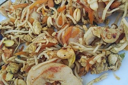 Chinesisch gebratene Nudeln mit Hühnchenfleisch, Ei und Gemüse 4