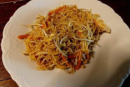 Chinesisch gebratene Nudeln mit Hühnchenfleisch, Ei und Gemüse 54