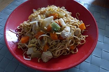 Chinesisch gebratene Nudeln mit Hühnchenfleisch, Ei und Gemüse 57
