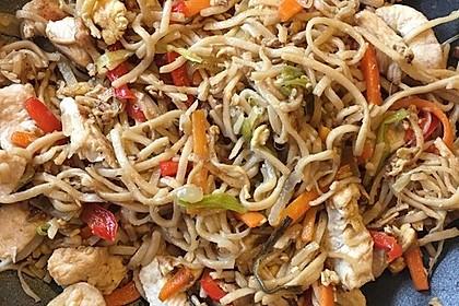 Chinesisch gebratene Nudeln mit Hühnchenfleisch, Ei und Gemüse 60