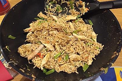 Chinesisch gebratene Nudeln mit Hühnchenfleisch, Ei und Gemüse 43
