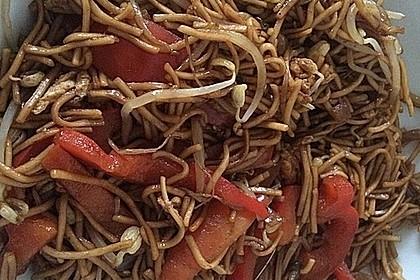 Chinesisch gebratene Nudeln mit Hühnchenfleisch, Ei und Gemüse 42