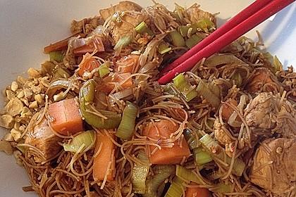 Chinesisch gebratene Nudeln mit Hühnchenfleisch, Ei und Gemüse 34