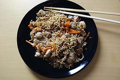 Chinesisch gebratene Nudeln mit Hühnchenfleisch, Ei und Gemüse 27