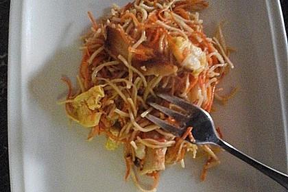 Chinesisch gebratene Nudeln mit Hühnchenfleisch, Ei und Gemüse 50