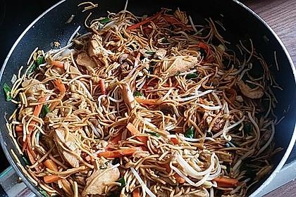 Chinesisch gebratene Nudeln mit Hühnchenfleisch, Ei und Gemüse 17