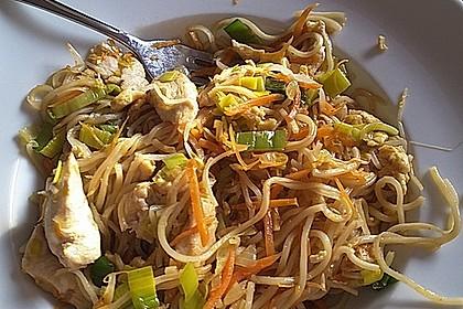 Chinesisch gebratene Nudeln mit Hühnchenfleisch, Ei und Gemüse 18