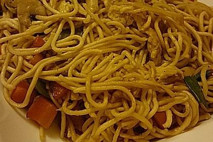 Chinesisch gebratene Nudeln mit Hühnchenfleisch, Ei und Gemüse 61