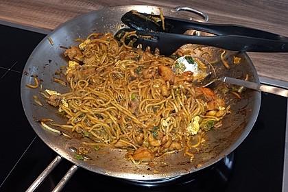 Chinesisch gebratene Nudeln mit Hühnchenfleisch, Ei und Gemüse 63