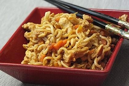 Chinesisch gebratene Nudeln mit Hühnchenfleisch, Ei und Gemüse 32