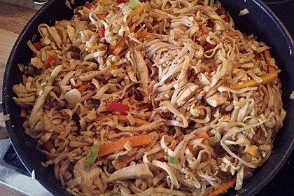 Chinesisch gebratene Nudeln mit Hühnchenfleisch, Ei und Gemüse 49