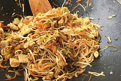 Chinesisch gebratene Nudeln mit Hühnchenfleisch, Ei und Gemüse 30