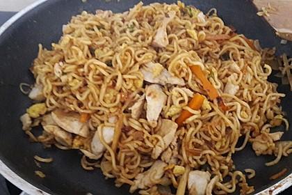 Chinesisch gebratene Nudeln mit Hühnchenfleisch, Ei und Gemüse 62