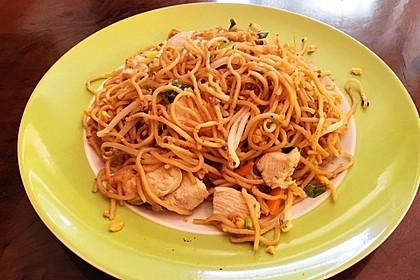 Chinesisch gebratene Nudeln mit Hühnchenfleisch, Ei und Gemüse 67