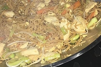 Chinesisch gebratene Nudeln mit Hühnchenfleisch, Ei und Gemüse 74