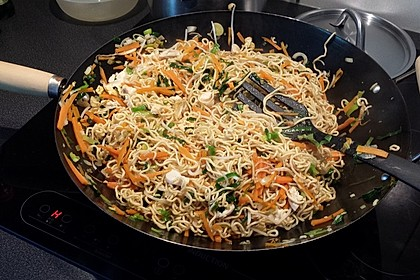 Chinesisch gebratene Nudeln mit Hühnchenfleisch, Ei und Gemüse 10