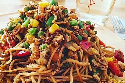 Chinesisch gebratene Nudeln mit Hühnchenfleisch, Ei und Gemüse 21