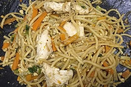 Chinesisch gebratene Nudeln mit Hühnchenfleisch, Ei und Gemüse 35