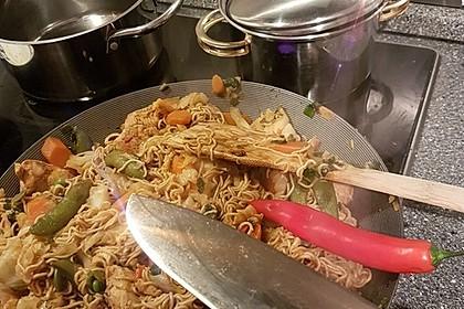 Chinesisch gebratene Nudeln mit Hühnchenfleisch, Ei und Gemüse 64
