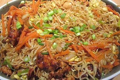 Chinesisch gebratene Nudeln mit Hühnchenfleisch, Ei und Gemüse 12