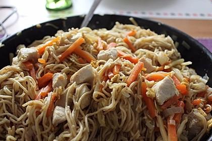 Chinesisch gebratene Nudeln mit Hühnchenfleisch, Ei und Gemüse 11