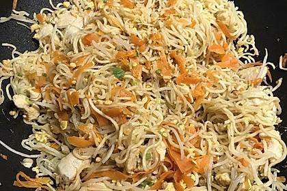 Chinesisch gebratene Nudeln mit Hühnchenfleisch, Ei und Gemüse 37