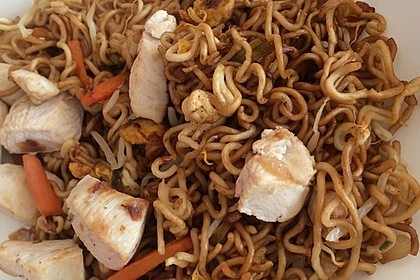 Chinesisch gebratene Nudeln mit Hühnchenfleisch, Ei und Gemüse 68