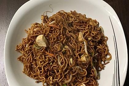Chinesisch gebratene Nudeln mit Hühnchenfleisch, Ei und Gemüse 38
