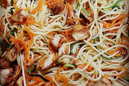 Chinesisch gebratene Nudeln mit Hühnchenfleisch, Ei und Gemüse 7