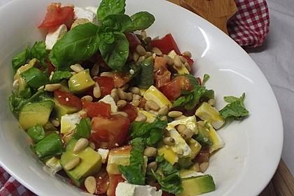 Avocado-Tomaten-Salat mit Feta und Senf-Vinaigrette (Bild)