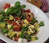 Avocado-Tomaten-Salat mit Feta und Senf-Vinaigrette