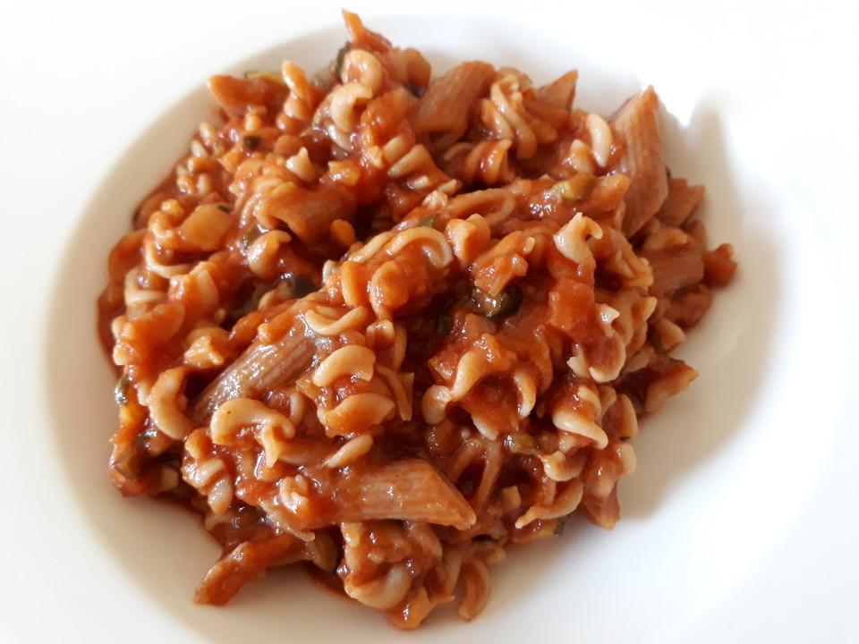 nudeln mit tomaten zucchini m hren sauce von sailor tina. Black Bedroom Furniture Sets. Home Design Ideas
