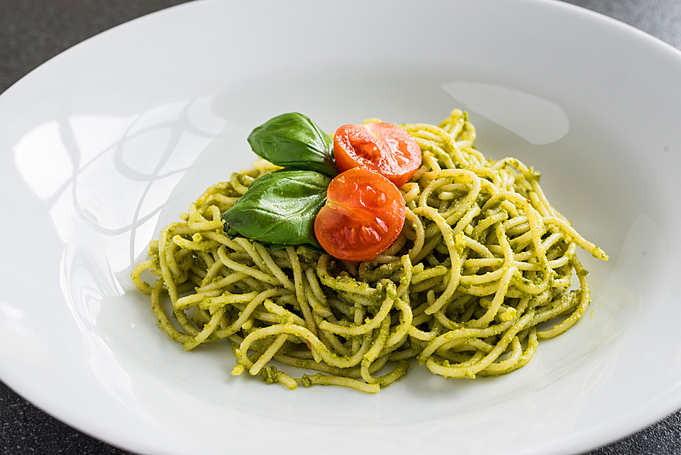 spaghetti mit selbstgemachtem pesto verde rezept mit bild. Black Bedroom Furniture Sets. Home Design Ideas