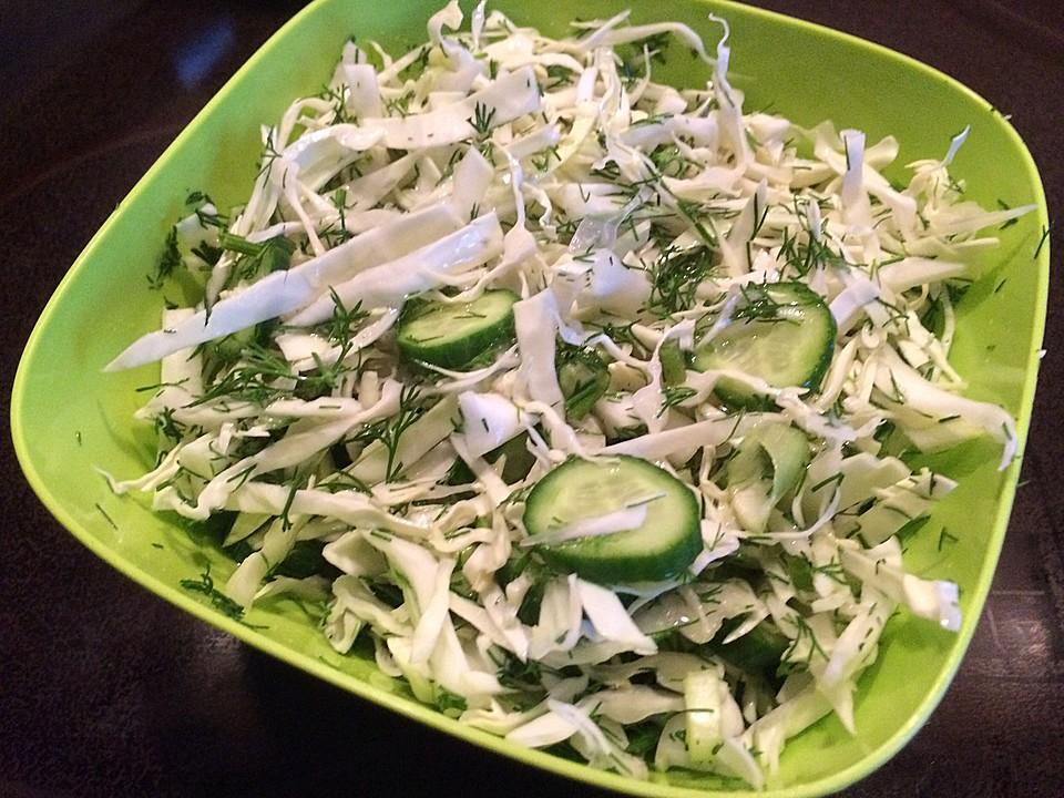 Krautsalat aus jungem Weißkohl mit Gurken und Dill (Rezept ...