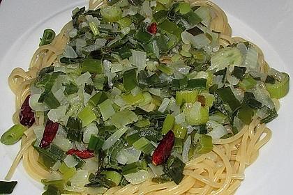 Spaghetti Alio Chili-Olio und Frühlingszwiebeln im Wok