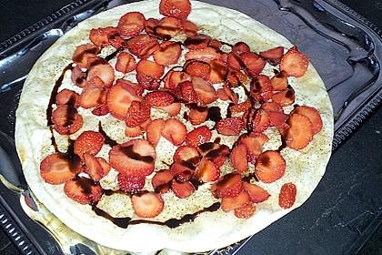 Süßer Flammkuchen mit Früchten der Saison vom Grill