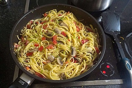 Nudeln mit Kokos-Champignon-Sauce und Tomaten 3