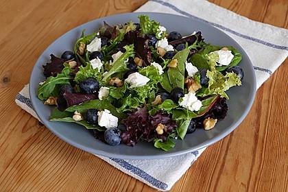 Blattsalat mit Blaubeeren, Feta und Walnüssen