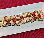 Zucchini-Carpaccio mit Tomaten-Mozzarella-Salat und Pinienkernen