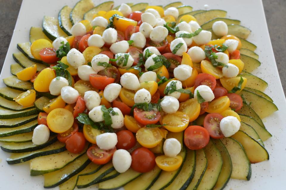 zucchini carpaccio mit tomaten mozzarella salat und pinienkernen rezept mit bild. Black Bedroom Furniture Sets. Home Design Ideas