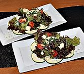 Pflücksalat mit Zucchini, Tomate und Mozzarella