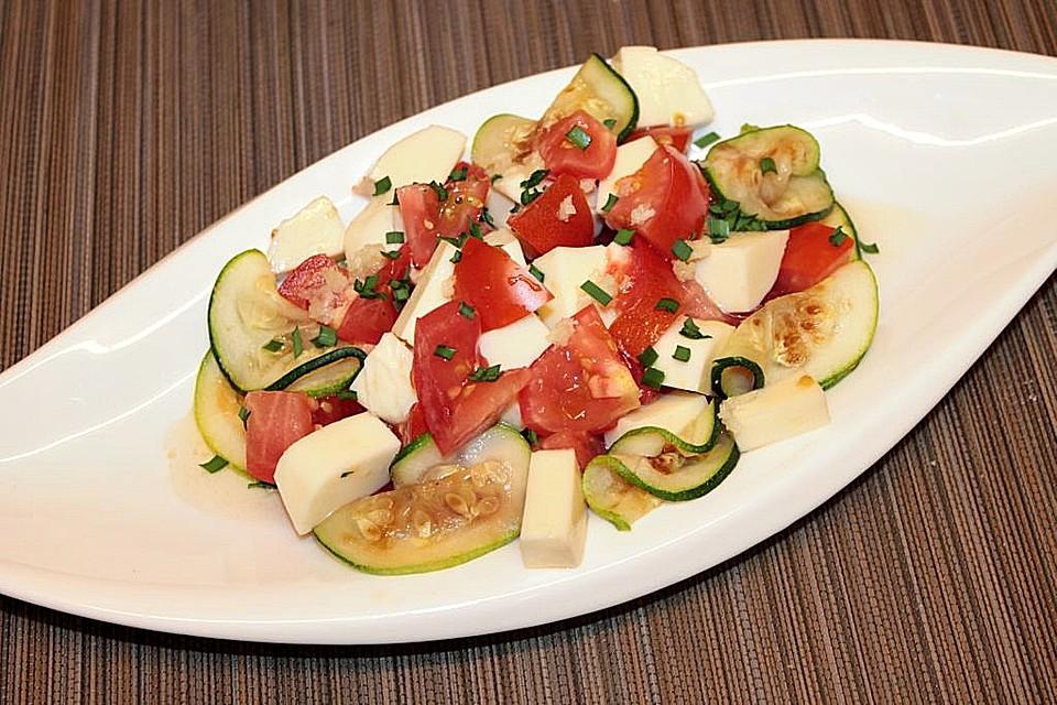salat mit tomate mozzarella und gebratener zucchini rezept mit bild. Black Bedroom Furniture Sets. Home Design Ideas