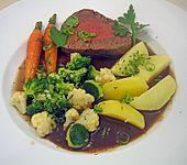 Gebrühtes Rinderfilet mit buntem Gemüse (Bild)