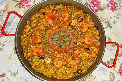 Reichhaltige Paella mit Meeresfrüchten, Schwein und Hühnchen