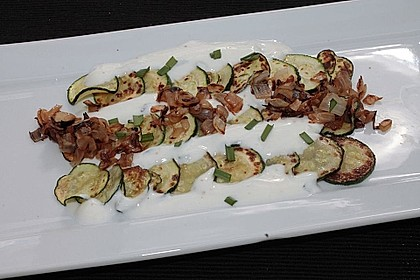 Carpaccio aus gebratenen Zucchini mit einem Dressing aus isländischem Frischkäse
