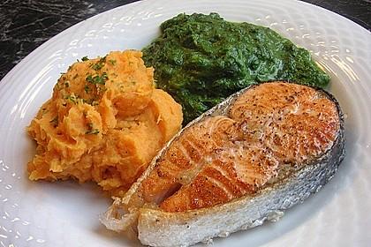 Gegrilltes Lachsfilet mit Süßkartoffel-Püree und Rahm-Blattspinat