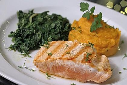 Gegrilltes Lachsfilet mit Süßkartoffel-Püree und Rahm-Blattspinat 1