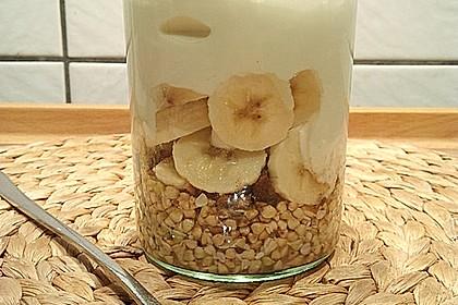 Frühstücks-Schichtjoghurt mit Buchweizensprossen